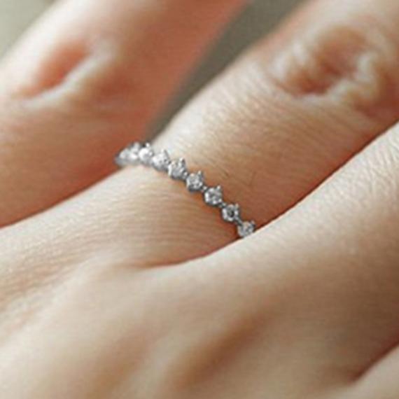 טבעת דקה עם קריסטלים